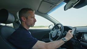 Conducteur masculin se reposant dans une voiture autonome, laissant la voiture conduire par lui-même clips vidéos