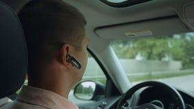 Conducteur masculin voyageant en voiture sur la route banque de vidéos