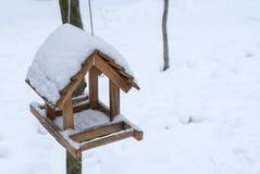 Conducteur pour des oiseaux dans la forêt d'hiver photos stock