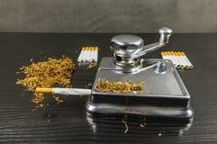 Conducteur pour l'application manuelle de la coupe de tabac en bandes courtes i photos stock