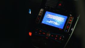 Conducteur poussant le bouton de puissance pour mettre en marche le véhicule électrique, technologies futées modernes banque de vidéos