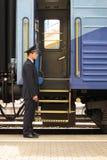 Conducteur près d'entrée dans le train image stock