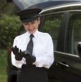 Conducteur professionnel mettant ses gants d'entraînement image libre de droits