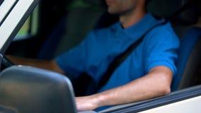 Conducteur sûr s'asseyant dans le transport d'automobile, de fret et de passager photo libre de droits