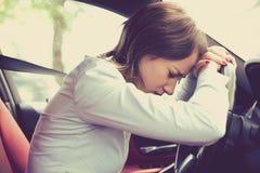 Conducteur soumis à une contrainte de jeune femme se reposant à l'intérieur de sa voiture image stock