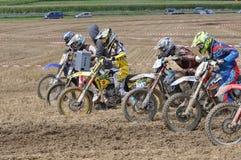 Conducteurs de motocross commençant la course Photos libres de droits