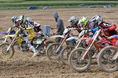 Conducteurs de motocross commençant la course Photographie stock libre de droits