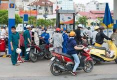 Conducteurs de motocyclette à la station service, Vietnam Images libres de droits