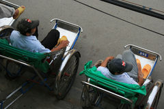 Conducteurs de pousse-pousse dans une rue en Hoi An (Vietnam) Photos stock