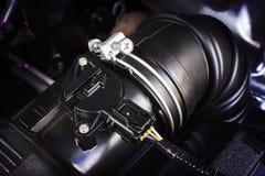 Conducto de goma de la toma de aire del coche con el sensor del aire imagenes de archivo