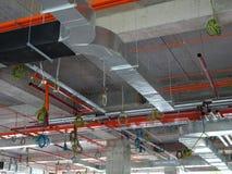conducto de la Aire-condición y de ventilación bajo construcción en el emplazamiento de la obra imágenes de archivo libres de regalías