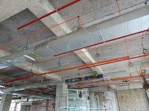 conducto de la Aire-condición y de ventilación bajo construcción en el emplazamiento de la obra foto de archivo libre de regalías