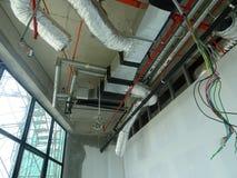 conducto de la Aire-condición y de ventilación bajo construcción en el emplazamiento de la obra imagen de archivo