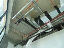 conducto de la Aire-condición y de ventilación bajo construcción en el emplazamiento de la obra fotografía de archivo