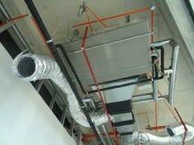 conducto de la Aire-condición y de ventilación bajo construcción en el emplazamiento de la obra fotos de archivo libres de regalías