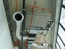 conducto de la Aire-condición y de ventilación bajo construcción en el emplazamiento de la obra foto de archivo