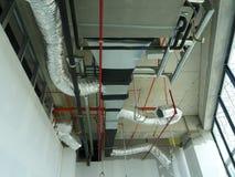 conducto de la Aire-condición y de ventilación bajo construcción en el emplazamiento de la obra imagen de archivo libre de regalías