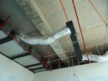 conducto de la Aire-condición y de ventilación bajo construcción en el emplazamiento de la obra fotografía de archivo libre de regalías