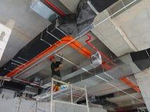 Conducto de la condición del aire instalado por los trabajadores de construcción fotografía de archivo libre de regalías