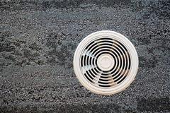 Conducto de ventilación del aire en una superficie gris fotografía de archivo libre de regalías