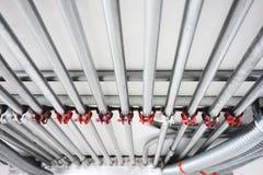 Conducto eléctrico y conducto del PVC fotos de archivo