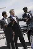 Conductor At Airfield de Taking Briefcase From del hombre de negocios imagen de archivo