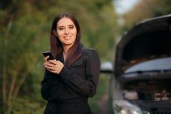 Conductor Calling Insurance Company después de la avería del coche en el camino fotos de archivo