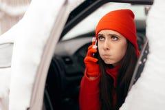 Conductor Calling para la ayuda después de la avería del coche en nieve del invierno fotos de archivo