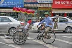 Conductor ciclo del tuk de Tuk en Hanoi, Vietnam foto de archivo libre de regalías