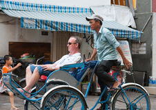 Conductor ciclo vietnamita con el turista Imágenes de archivo libres de regalías