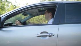 Conductor confiado que conduce el coche en el camino rural almacen de metraje de vídeo