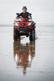 Conductor de ATV en la playa Foto de archivo libre de regalías