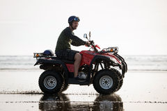 Conductor de ATV en la playa Fotos de archivo libres de regalías