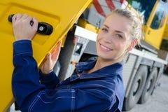 Conductor de camión de la mujer en coche foto de archivo