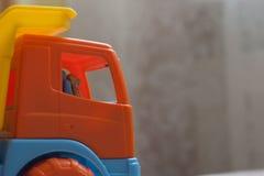 Conductor de camión del juguete del oso Imagenes de archivo