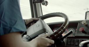 Conductor de cami?n que entrega la carga Dentro de la cabina Cierre para arriba almacen de metraje de vídeo
