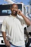 Conductor de camión On Phone In Front Of un camión Imagenes de archivo