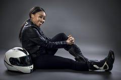 Conductor de coche de carreras o mujer o motorista femenina de truco Fotografía de archivo libre de regalías