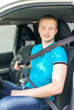 Conductor de coche Cinturón de seguridad adolescente caucásico de la cerradura del muchacho en el coche Imagen de archivo libre de regalías