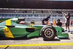 Conductor de coche de carreras en el pitlane para un pitstop Fotos de archivo