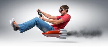 Conductor de coche divertido del hombre con una rueda Foto de archivo libre de regalías