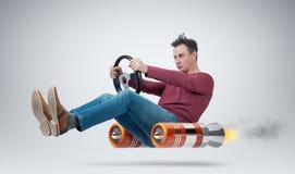 Conductor de coche divertido del hombre con una rueda, concepto de transporte alternativo imágenes de archivo libres de regalías