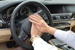 Conductor de coche que emite un sonido breve y agudo Imagenes de archivo