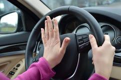 Conductor de coche que emite un sonido breve y agudo Fotos de archivo libres de regalías