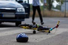 Conductor de coche que golpea al pequeño motorista Imagen de archivo libre de regalías
