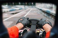 Conductor de Karting, visión a través de los ojos del corredor Imagenes de archivo