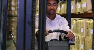Conductor de la carretilla elevadora que muestra los pulgares para arriba almacen de metraje de vídeo