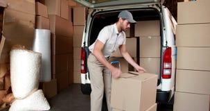 Conductor de la entrega que embala su furgoneta almacen de metraje de vídeo