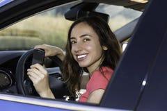 Conductor de la mujer en el coche con llave del coche en su mano Fotografía de archivo