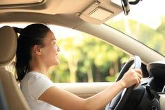 Conductor de la mujer que conduce un coche imagen de archivo libre de regalías